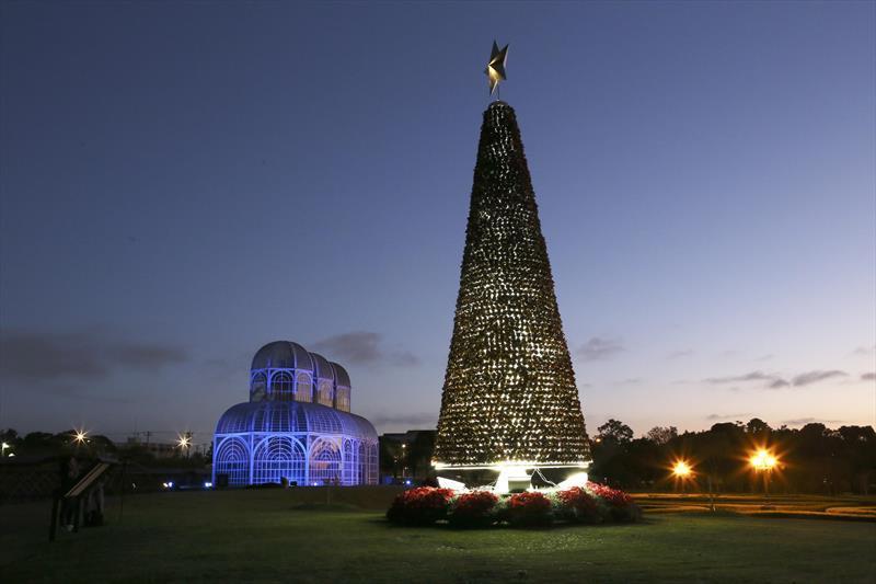 Com a temática Natal de Curitiba: Luz dos...