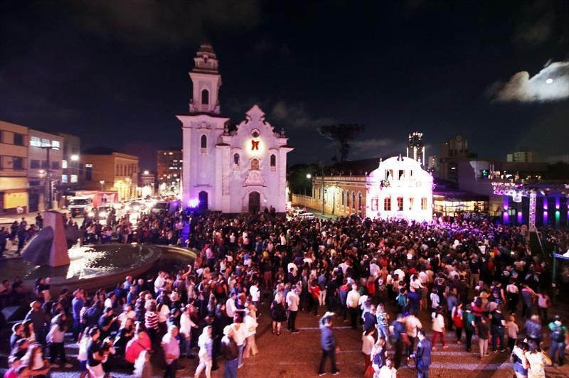 Estreia do Natal de Curitiba reúne 3 mil pessoas no Largo da Ordem