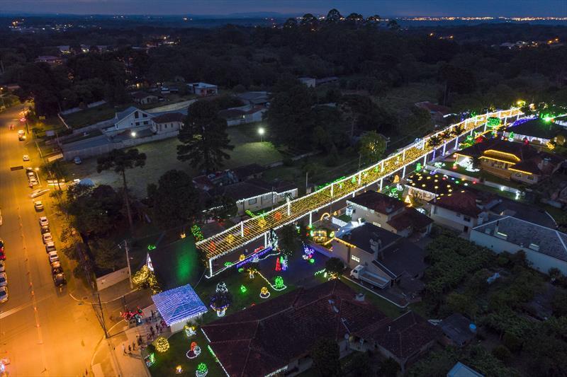 Rua iluminada da Família Moletta é atração no Umbará