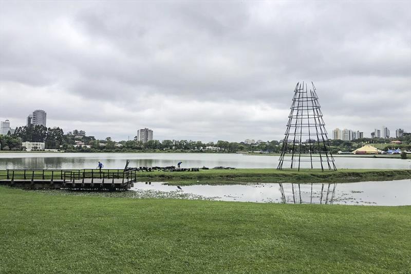 Prefeitura começa a montar a árvore de 22 metros...