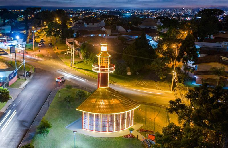 Com árvores e decoração, Prefeitura ilumina a...