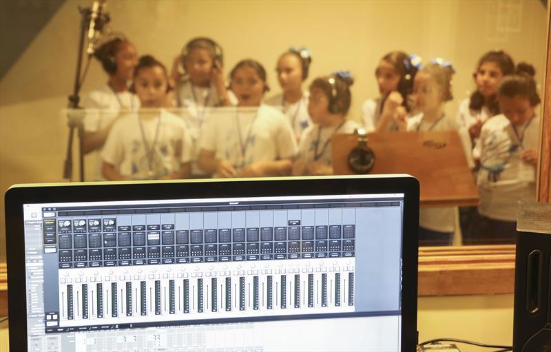 Crianças afinam a voz para a Cantata de Natal do...